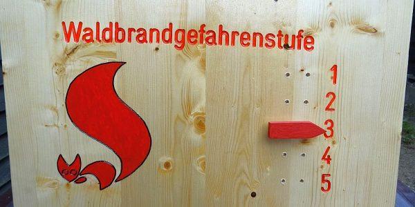 Waldbrandwarnstufen-Schilder zur Besucherinformation installiert