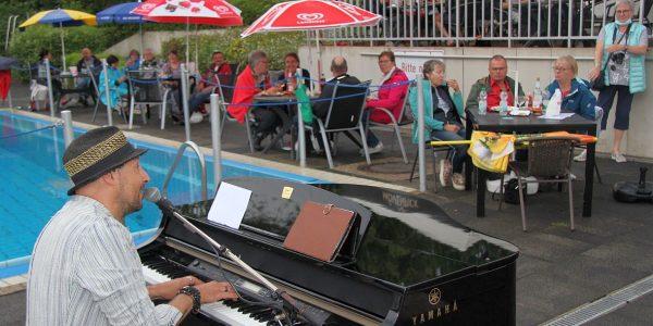 Stadtbad Hornburg - Giorgio Claretti beim Spielen an seinem Flügel.