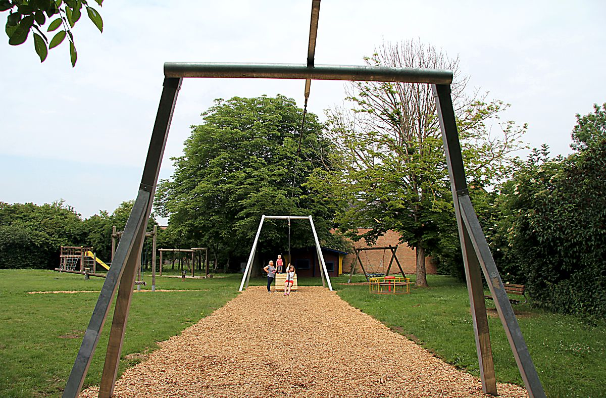Seilbahn auf dem Kinderspielplatz ist nun fertig
