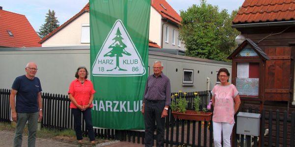Der neue Vorstand vor der Harzklubhütte, von li: Walter Beulshausen, Ulrike Kropf, Willi Sander und Cornelia Fricke.