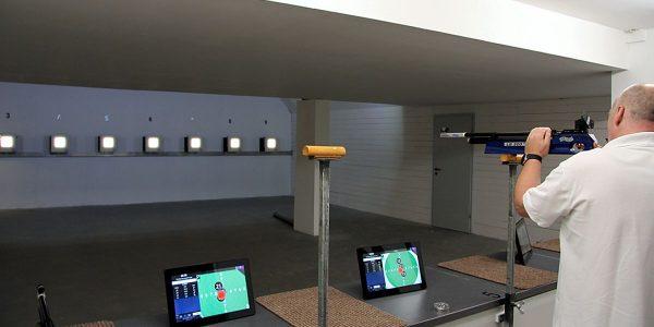 Schützenverein Schladen - Michael Meyer beim ausprobieren der neuen Schießanlage