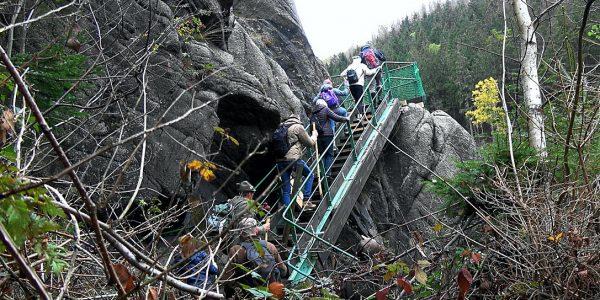 Die Wanderer missachten die Absperrung an den Adlerklippen
