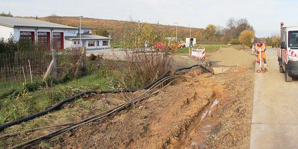 Abbiegespur sowie eine Überquerungshilfe wird gebaut