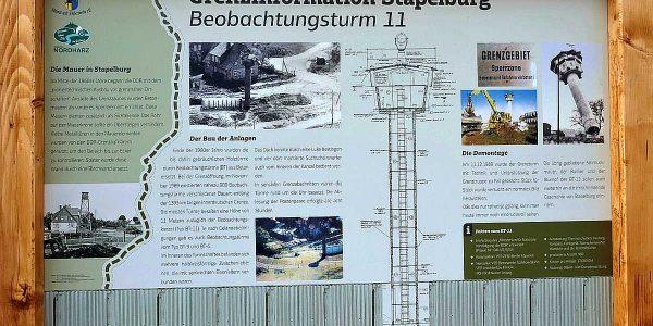 Grenz-Informationstafel mit Texten und beeindruckenden Fotos.