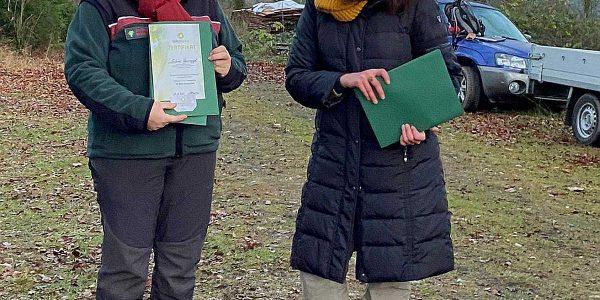 Waldpädagogin Sabine Haarnagel erhielt ihr Zertifikat aus den Händen der Waldwohl Gründerin Birte Schmetjen