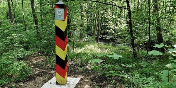 Die Grenzsäule steht am Internationalen Weg. Nur wenige Meter dahinter fließt die Ecker.