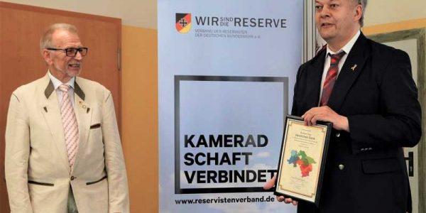 Der Sprecher der Kreisvorsitzenden in der Landesgruppe Niederachsen, Major d.R. Dirk C. U. Kemmerich, überreicht Hartmut Dege zum Abschied eine Dankurkunde.