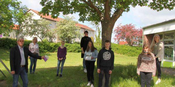 Hans-Jürgen Rappmann, Schulleiterin Miriam Albers, Diana Kuhwald und Kim, Saskia, Markus und Alina