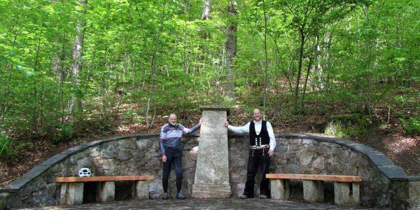 (v.li.): Detlef Andrzejak und Thomas Dreitzner am Denkmal von Friedrich Klinge