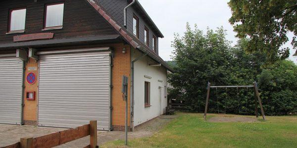 Noch steht ein Kinderspielplatz in Hahausen, bald soll ein Anbau für das Feuerwehrgerätehaus dort entstehen.