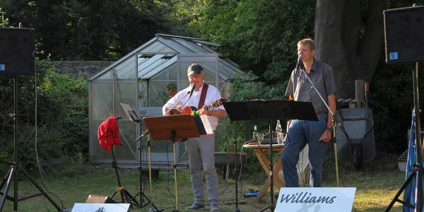 (v.li.): Duo Cawerla: Günter Dietermann (Gitarre) und Pfarrer Frank Ahlgrim (Gesang)im Pfarrgarten