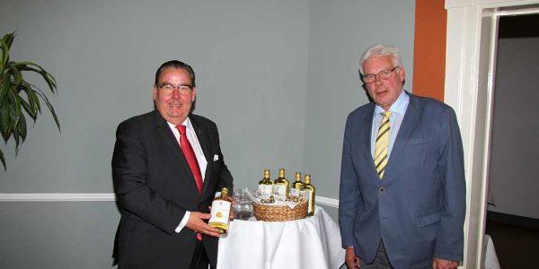 Martin Rahmann und Hans-Christian Biallas präsentieren den Birnenschnaps.