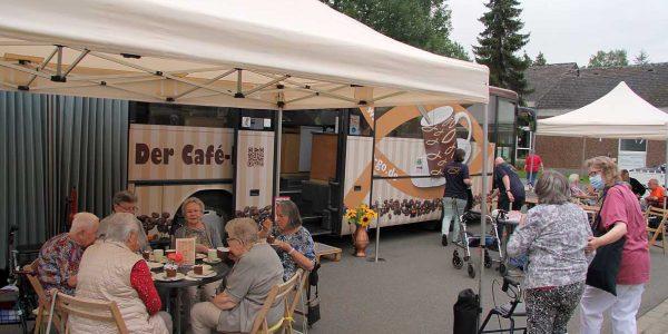 Der Café-Bus beim Halt in der Grotjahn-Stiftung.
