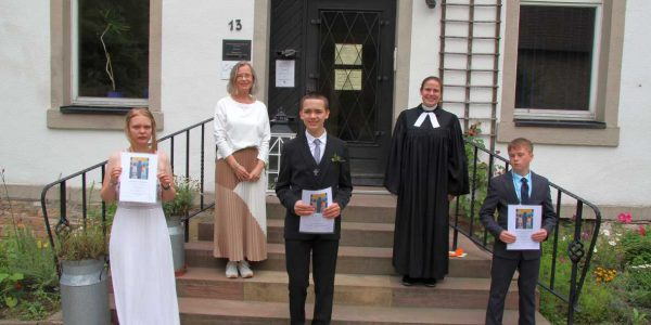 (hinten v. li): Schulleiterin Miriam Albers und Pfarrerin Sandra Jang (vorne v. li): Chantal-Fenja Kreft, Felix Kochanowski, Florian Eckstein