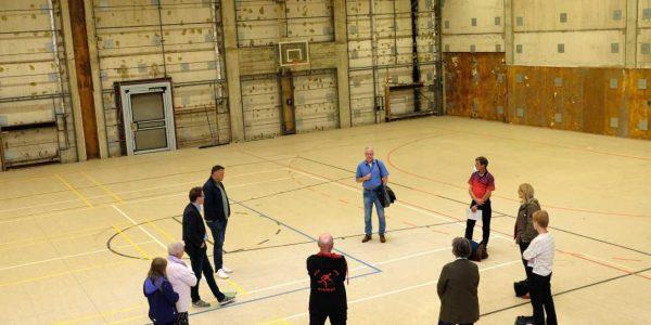 Vertreter von Schule, Landkreis und Sportverein trafen sich nun um den weiteren Fahrplan bei der Sanierung abzustimmen.